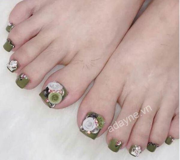 Lựa chọn mẫu nail xanh rêu gắn hoa nổi đính đá cho cô nàng tỏa sáng và thu hút hơn