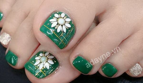 Xinh đẹp, rạng ngời với nail xanh rêu gắn hoa cầu kỳ, tỉ mỉ