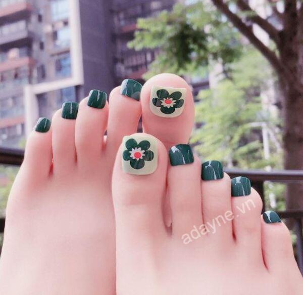 Ngọt ngào, đáng yêu khi sở hữu móng chân đẹp màu xanh rêu mix họa tiết hoa nổi bật