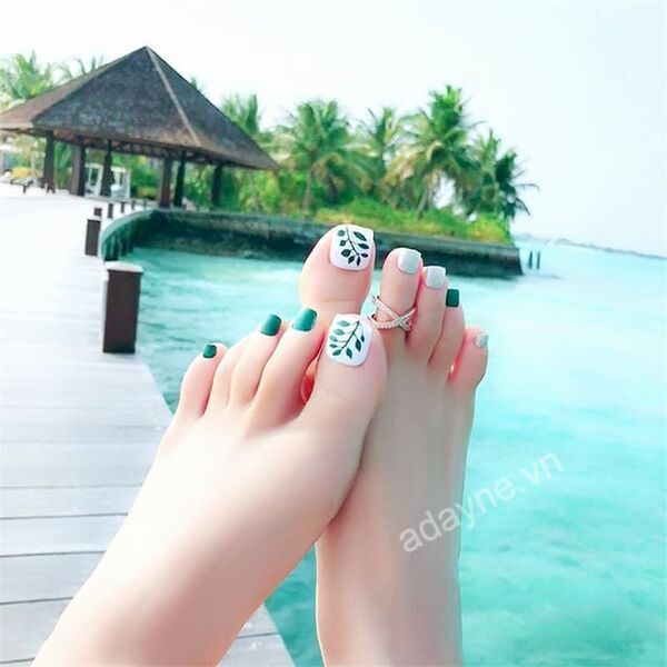 Mùa hè sôi động và tươi mát với mẫu nail màu xanh rêu, họa tiết lá xanh trên nền trắng đẹp mắt