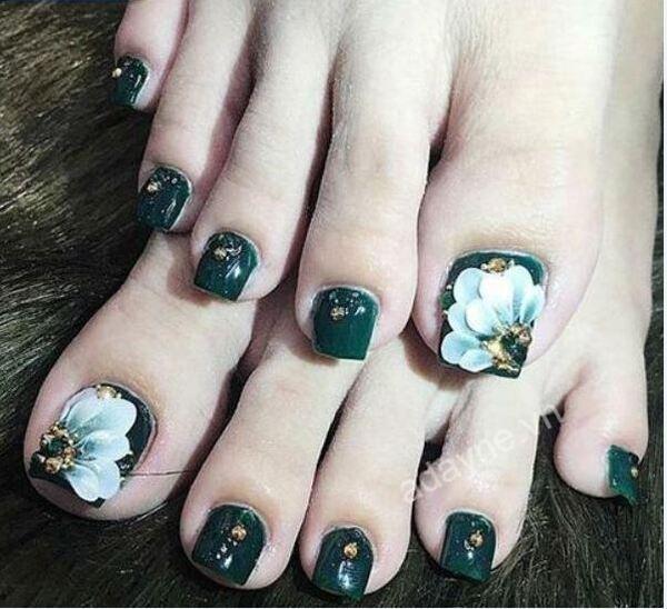 Móng chân đẹp màu xanh rêu họa tiết hoa đẹp dịu dàng