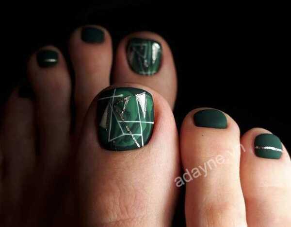 """Móng chân đẹp màu xanh rêu tráng gương vẽ họa tiết sắc nét, """"đỉnh cao"""""""