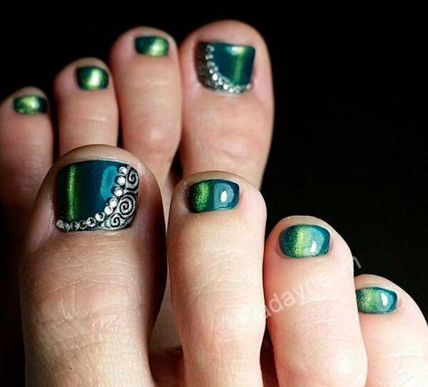 Ngẩn ngơ trước vẻ đẹp ma mị, cuốn hút của mẫu nail xanh rêu tráng gương đính đá và họa tiết cách điệu