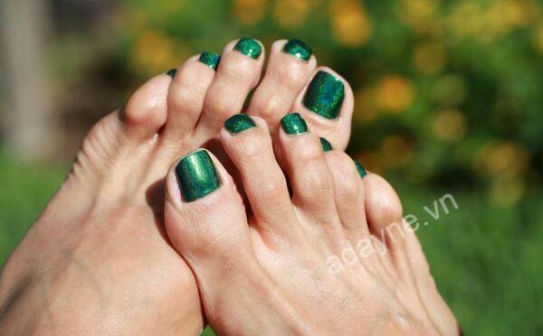 Mẫu nail chân đẹp màu xanh rêu tráng gương basic kiêu sa, quyền lực