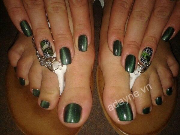 Móng chân đẹp màu xanh rêu đang trở thành hot trend, được nhiều cô nàng đam mê thời trang săn đón