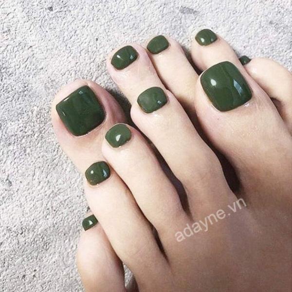 Móng chân đẹp màu xanh rêu dạng bóng mang lại sự năng động, trẻ trung, thanh mát