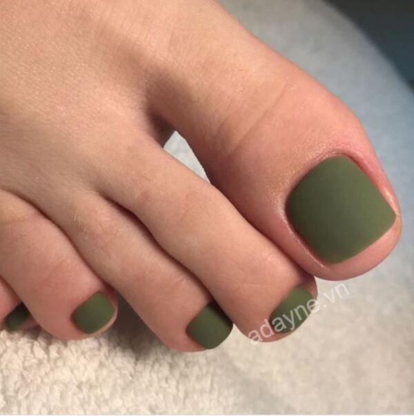 Móng chân đẹp màu xanh rêu dạng lì giúp cô nàng trở nên sang trọng, tinh tế và cá tính hơn