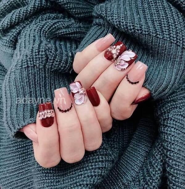 Mẫu nail đỏ rượu vẽ họa tiết hoa nổi đính đá nữ tính, dịu dàng lại vô cùng quyến rũ
