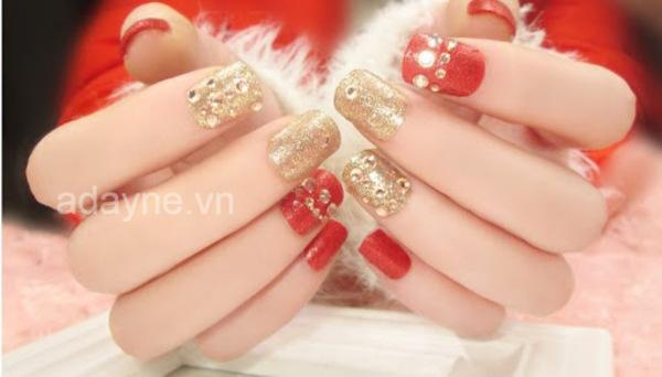 Cô dâu xinh đẹp, đằm thắm hơn trong ngày vui của mình cùng mẫu móng tay đính đá đẹp màu đỏ nhũ kim tuyến vàng bắt mắt