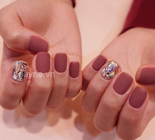 Mẫu nail đỏ này thường đính đá đơn giản hoặc đính một ngón để toát lên vẻ đẹp nội tâm của phái nữ