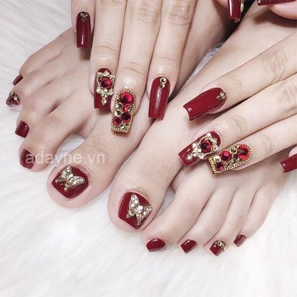 Nail màu đỏ đính đá là một trong số những mẫu nail thu hút và mê mẩn lòng người