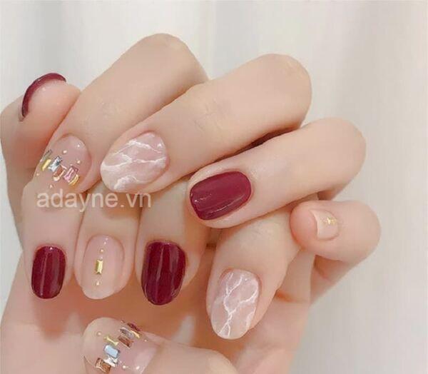 Móng tay đính đá đẹp màu đỏ mang lại cho phái nữ vẻ đẹp tinh tế, thanh lịch, vừa cổ điển vừa hiện đại