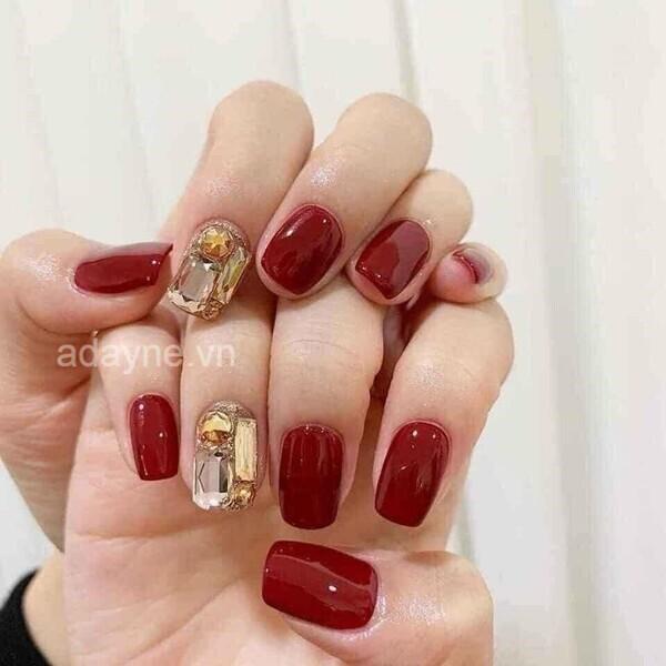 Mẫu móng tay đính đá đẹp màu đỏnày thường không gắn quá nhiều đá mà chỉ điểm xuyến một vài viên hoặc tạo điểm nhấn ở một ngón