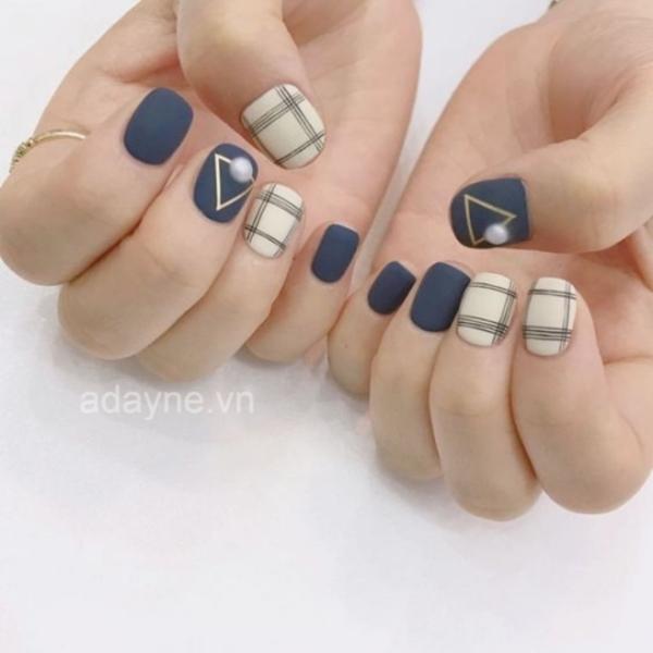 biến tấu mẫu nail của mình theo sở thích bằng cách gắn thêm đá