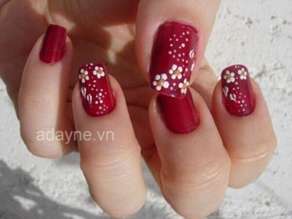 mẫu nail Tết đẹp với những cánh hoa đào đỏ rực trên màu sơn đơn giản