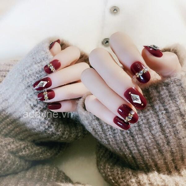 Kiểu móng tay đỏ đính đá truyền thống cũng luôn thuộc top mẫu nail đẹp vào mỗi dịp Tết đến xuân về