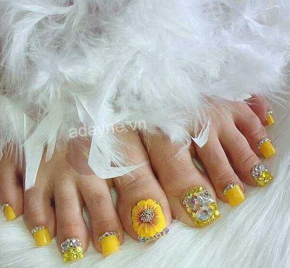 Trải nghiệm mẫu nail chân đính đá gắn hoa nổi màu vàng đẹp xuất thần