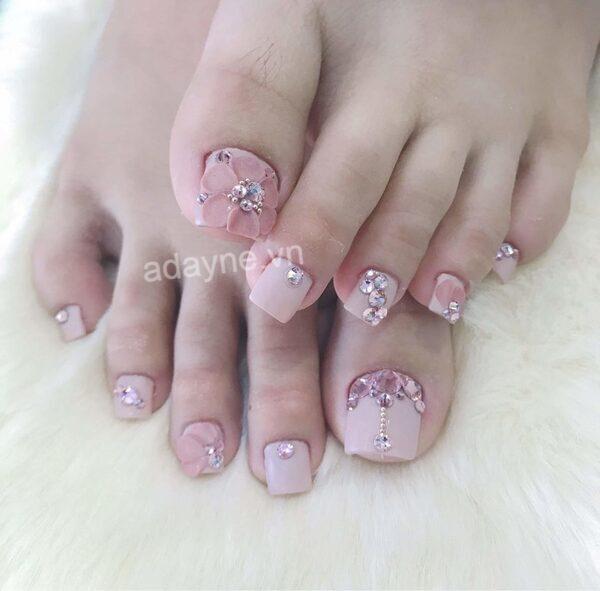 Mẫu nail chân đính đá sang trọng tông hồng tím mộng mơ, kiêu hãnh