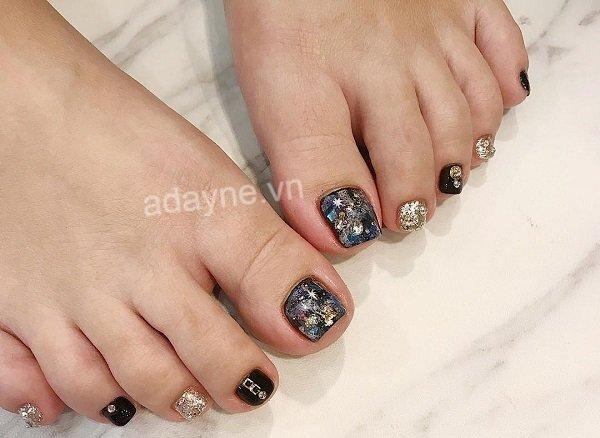 Mang cả thiên hà lên đôi chân nàng cùng mẫu nail chân đính đá sang trọng gắn mảnh xà cừ
