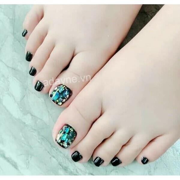 Đôi khi chỉ cần gắn mảnh xà cừ ở một ngón thôi là đủ để có mẫu nail chân đính đá sang trọng và tinh tế nhất rồi
