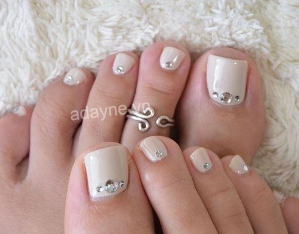 Nàng thêm nhẹ nhàng, thanh lịch với kiểu nail chân đính đá sang trọng màu kem