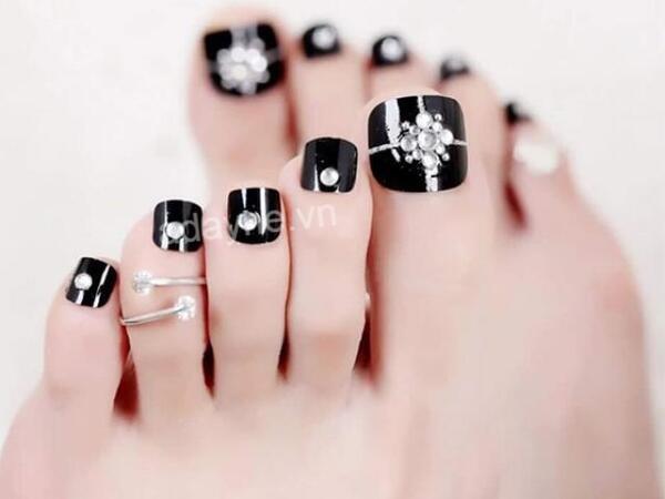 Nail chân đính đá sang trọng màu đen thu hút, đẹp huyền bí