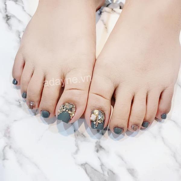 Mẫu nail chân đính đá sang trọng trên nền xanh tinh tế