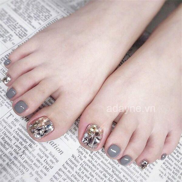 Nàng nổi bật hơn với mẫu nail chân đính đá sang trọng, cầu kỳ