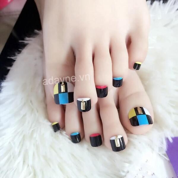 Mẫu nail chân đính đá sang trọng trên họa tiết ô vuông nhiều màu sắc độc đáo
