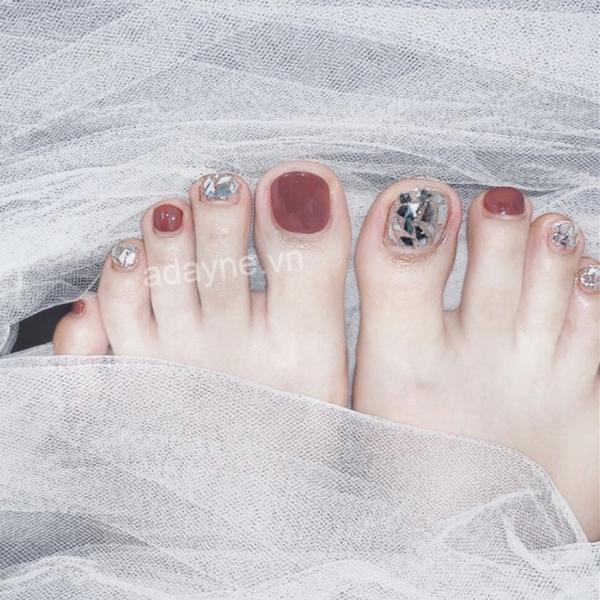 Thu hút ánh nhìn người đối diện với mẫu nail chân đính đá sang trọng tông hồng nâu ngọt ngào, lung linh