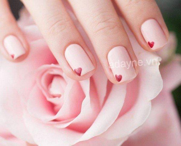 Mẫu nail xinh tông hồng phấn nhấn nhá trái tim đỏ ngọt ngào