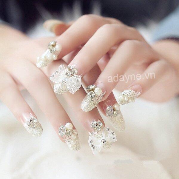 Cô dâu đẹp diễm lệ với mẫu nail xinh đính đá gắn nơ cầu kỳ