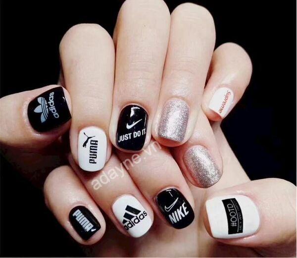 """Mẫu nail đen trắng cute in logo và tên các hãng giày nổi tiếng đầy """"bá đạo"""""""