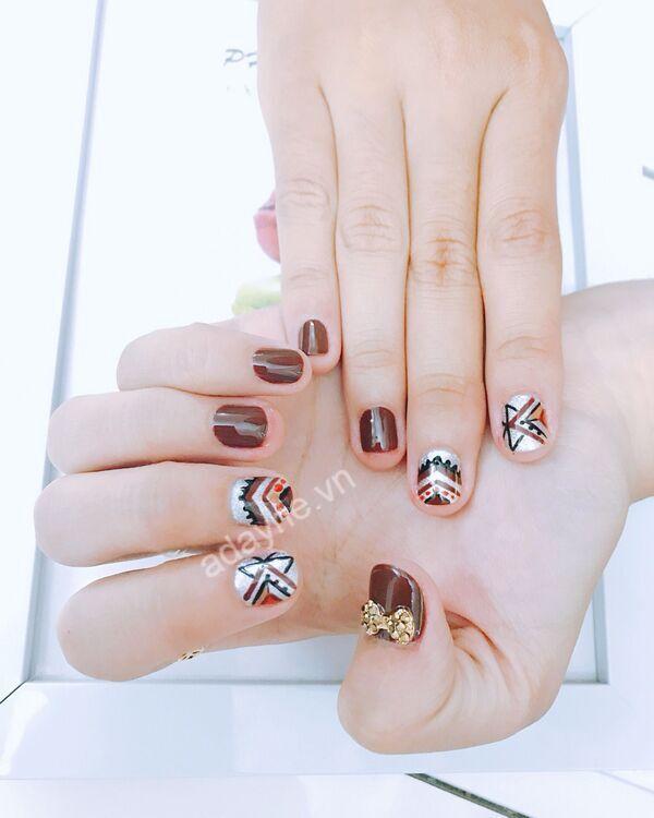 Tông nail nâu cực kỳ tôn da tay, giúp nàng sở hữu vẻ đẹp truyền thống, mê hoặc lòng người