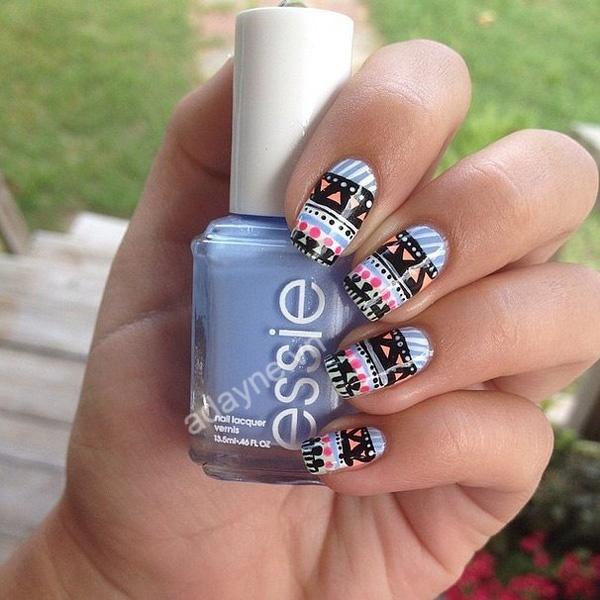 Cô nàng sắc màu nhưng vẫn sở hữu nét đẹp truyền thống cùng mẫu nail xinh cute thổ cẩm cầu kỳ