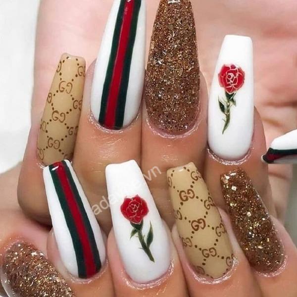 Cô nàng dịu dàng, thanh lịch và tinh tế hơn với mẫu vẽ móng tay gucci họa tiết hoa hồng