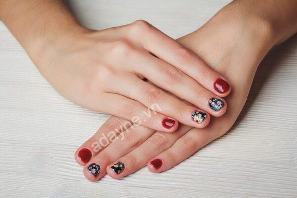 Đẹp quý phái, quyền lực nhưng vẫn đáng yêu với mẫu nail đỏ đen vẽ hoa vintage