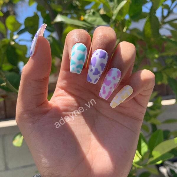 Mẫu nail xinh cute bò sữa phù hợp những cô nàng thích sự mới lạ nhiều màu sắc và quyến rũ