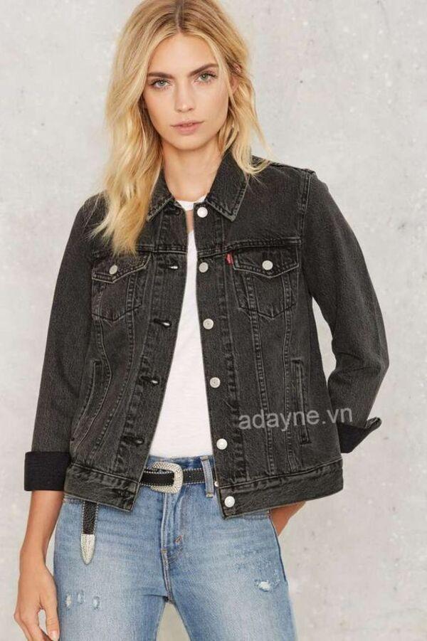 Đẹp bất chấp thời đại với kiểu phối đồ với áo jean đen nữ, áo thun trắng, quần jean bạc màu nhấn nhá thắt lưng đen