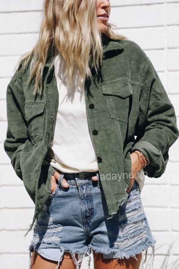 Mẫu áo khoác jean gân tone màu xanh rêu đang làm mưa làm gió thị trường thời trang