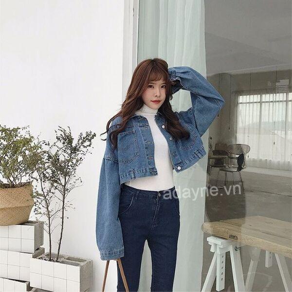 Phối đồ áo khoác jean nữ với áo len tăm cổ cao, quần jean đón mùa đông ấm áp