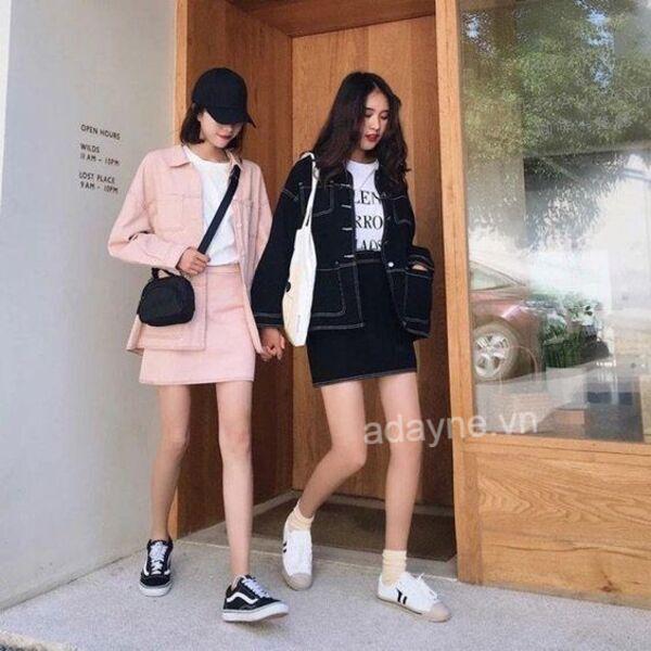 Tự tin xuống phố cùng item áo khoác jean đen nữ, áo thun, chân váy đen và giày thể thao năng động
