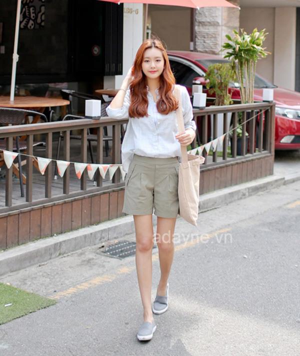 Phối áo sơ mi nữ trắng với quần short cạp cao là có ngay item dạo phố cùng bạn bè cực xinh xắn