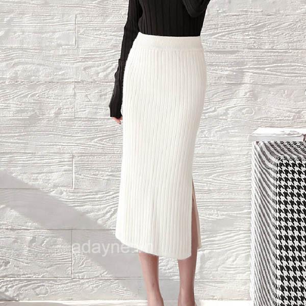 Thời trang mùa đông thêm phần nổi bật với cách phối hợp chân váy len trắng xẻ tà, áo len đen khoe đường cong ấn tượng