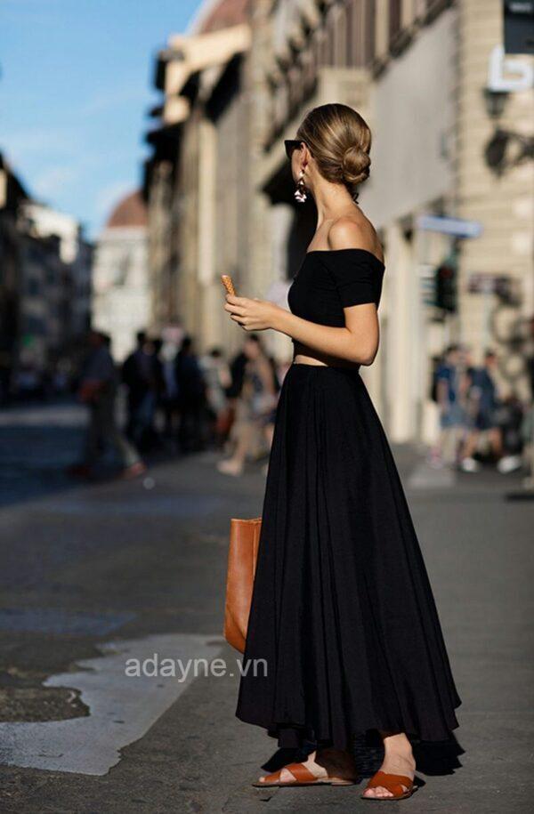 Trở thành quý cô sành điệu, kiêu sa với kiểu phối đồ chân váy đen dài với áo trễ vai, bông tai lớn và kính mắt