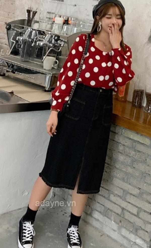 Trẻ hóa với kiểu phối đồ chân váy dài đen jean xẻ tà trước với áo sơ mi cổ vuông họa tiết chấm bi lớn