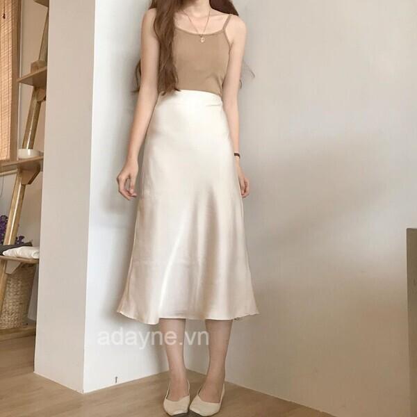 Khoe vẻ ngoài thanh thuần, mỏng manh với cách mix chân váy dài trắng suông với áo hai dây