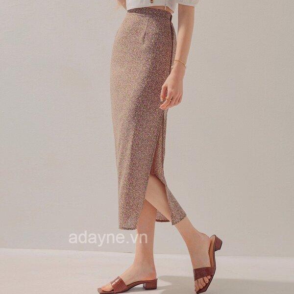 Chân váy dài vải voan họa tiết hoa nhí xẻ tà sau kết hợp áo croptop trơn cho vẻ đẹp tinh tế, nữ tính, cuốn hút