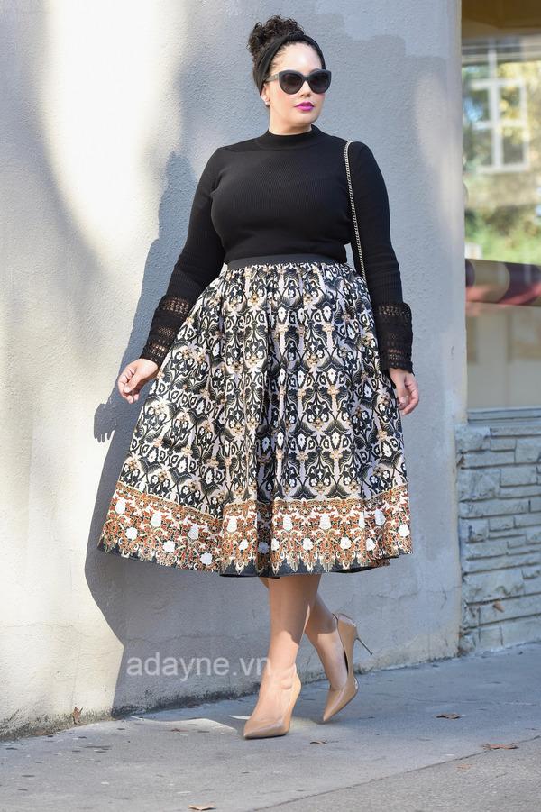Phối đồ với chân váy dài cho người béo dáng xòe che đi phần đùi to kết hợp áo thun ôm dài tay màu đen tạo điểm nhấn vòng eo gọn gàng