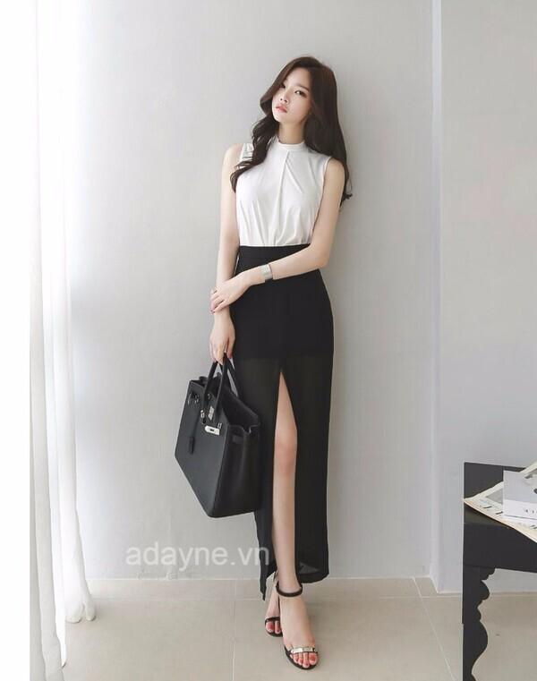 Áo kiểu kết hợp với chân váy dài đen xẻ tà trước phù hợp cho cô nàng công sở tham gia những buổi tiệc của công ty
